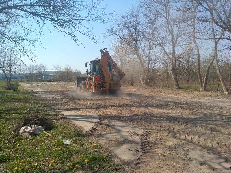 prace ziemne wyrównujące teren
